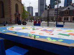 Foto von der Aktion der ACK in Frankfurt am Tisch der gastgebenden Kirchen