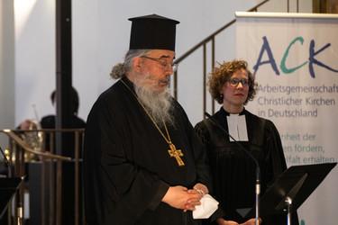 Der Vorsitzende der ACK in Deutschland, Erzpriester Radu Constantin Miron (l.) und die Vorsitzende der ACK Frankfurt, Pfarrerin Dr. Annegreth Schilling, eröffnen den ACK-Gottesdienst