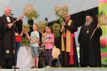Kinder überreichten den Bischöfen Friedrich Weber und Karl-Heinz Wiesemann sowie Erzpriester Constantin Miron (v.l.) Weidenherzen