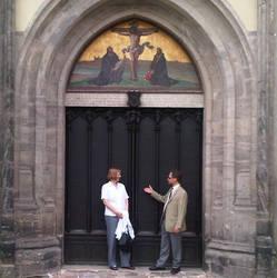 Der Vorsitzende der ACK in Sachsen-Anhalt, Kreisoberpfarrer Jürgen Dittrich, mit der Geschäftsführerin der Bundes-ACK, Dr. Elisabeth Dieckmann, an der Tür der Schlosskirche in Wittenberg. (Foto: E. Witt)