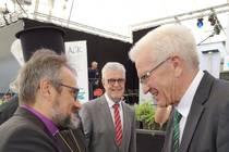 Bischof Harald Rückert, stellvertretender Vorsitzender der ACK Deutschland, begrüßt Ministerpräsident Winfried Kretschmann