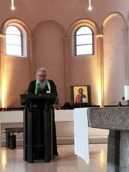 Erzpriester Miron bei seiner Bibelarbeit