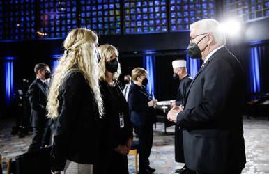 Bundespräsident Frank-Walter Steinmeier (r.) spricht mit Frauen vor dem ökumenischen Gottesdienst für die Verstorbenen der Corona-Pandemie.
