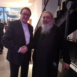 Bischof em. Prof. Dr. Martin Hein (l.) und der Vorsitzende der ACK, Erzpriester Radu Constantin Miron, bei der Verabschiedung aus dem Bischofsamt