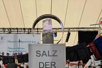 """Ein Salzkristall verdeutlichte das Motto """"Salz der Erde"""""""