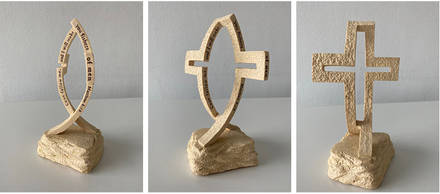 Skultpur, die sowohl als Fisch als auch als Kreuz betrachtet werden kann