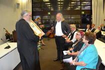 Erzpriester Radu Constantin Miron überreicht den Ökumenepreis an die Sodener Passion