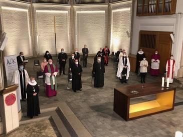 Die Liturginnen und Liturgen vor Beginn des Gottesdienstes im Altarraum. Fotos: C. Ebeling