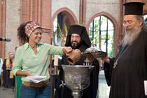 Christen aus fünf Kontinenten brachten Wasser und gossen es in eine Schale. (Foto: epd-Bild)