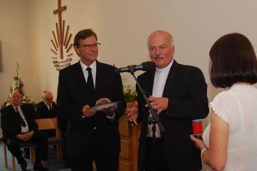 Pastor Matthias Tuve (rechts) übergibt Brot und Salz als Willkommensgruß an Apostel Jörg Steinbrenner, Foto: ACK MV