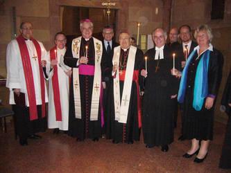 Das Jubiläum wurde in Verbindung mit dem zentralen Gottesdienst zur Gebetswoche für die Einheit der Christen gefeiert. Das Bild zeigt Kardinal Lehmann (3.v.l.) mit Bischof Müller und Landesbischof Friedrich Weber und weiteren Vertretern der Bundes-ACK