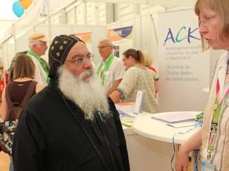 Der koptische Bischof Anba Damian im Gespräch mit der Geschäftsführerin der ACK, Elisabeth Dieckmann. (Fotos: ACK)