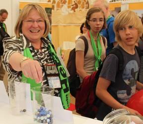 Bischöfin Rosemarie Wenner bei der Stimmabgabe. (Foto: ACK)