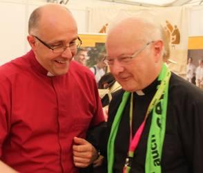 Erzbischof Zollitsch wird von Bischof Voigt, Mitglied des Vorstandes der ACK, am Stand begrüßt.