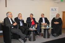 Von links nach rechts: Diözesancaritasdirektor H.-J. Eberhardt (Mainz), Präsident U. Lilie (Berlin), Moderator A. Brummer, Pastor M. Noss (Berlin), Erzpriester C. Miron (Köln), Foto: ACK