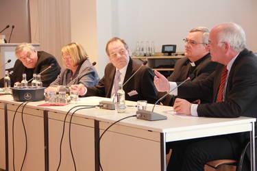Abschlusspodium mit Kardinal Lehmann, Bischöfin Wenner, Anton van Hooff, Bischof Wiesemann und Landesbischof Weber (v.l.).