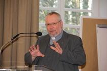Pastor Jürgen Stolze leitet die Vorstandswahl.
