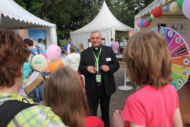 Der ACK-Vorsitzende Bischof Karl-Heinz Wiesemann beim Einsatz am Stand, Foto: ACK