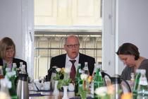 Oberkirchenrat Ochel erläutert das Verhältnis von Staat und Kirche (Foto: ACK)
