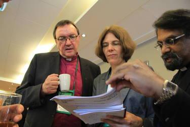 Die deutschen Delegierten Bischof Martin Hein (links) und Anne Heitmann (Mitte) beraten eine Vorlage bei der Tagung des ÖRK-Zentralausschusses, Foto: ÖRK