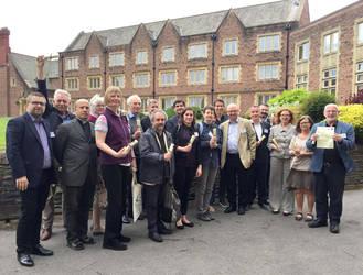 """Die Generalsekretärinnen und Generalsekretäre bekamen vom walisischen Jugendverband """"Urdd"""" eine Friedensbotschaft überreicht."""