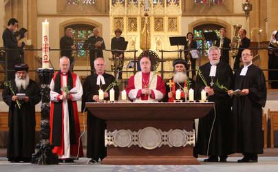 Die Liturgen (v.r.n.l.): Landessuperintendent Dutzmann, Präses Buß, Erzbischof Aydin, Erzbischof Becker, Landesbischof Friedrich Weber, Bischof Nicholas Baines, Bischof Damian.