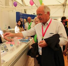 Der Vorsitzende der ACK, Landesbischof Prof. Dr. Friedrich Weber, beteiligte sich an der Umfrage zum 3. ÖKT am Stand der ACK auf dem Kirchentag in Dresden. (Foto: ACK)