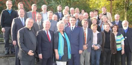 Die Delegierten der Mitgliederversammlung der ACK in Ludwigshafen, vorn die Vorstandsmitglieder (v.l.n.r.): Bischof Karl-Heinz Wiesemann, Landesbischof Friedrich Weber (Vorsitzender), Pastorin Regina Claas