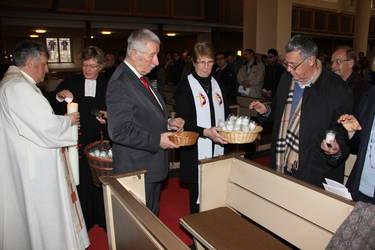 Licht der Welt und Salz der Erde - die Liturgen teilten in Bonn beim Gottesdienst zur Gebetswoche Kerzen und Salztüten aus, Foto: ACK