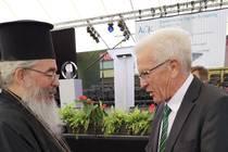 Erzpriester Radu Constantin Miron, Vorsitzender der ACK Deutschland, begrüßt den Festredner, Ministerpräsident Winfried Kretschmann