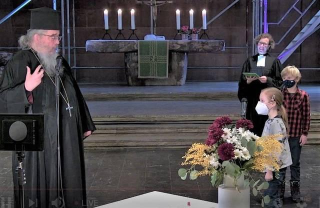 Kinder fragen Erzpriester Radu Constantin Miron, was Orthodoxie ist. Dabei ist auch Pfarrerin Dr. Annegreth Schilling von der Evangelischen Hoffnungsgemeinde. Foto: Screenshot Livestream