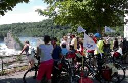 Fahrradpilger am Rhein unterwegs